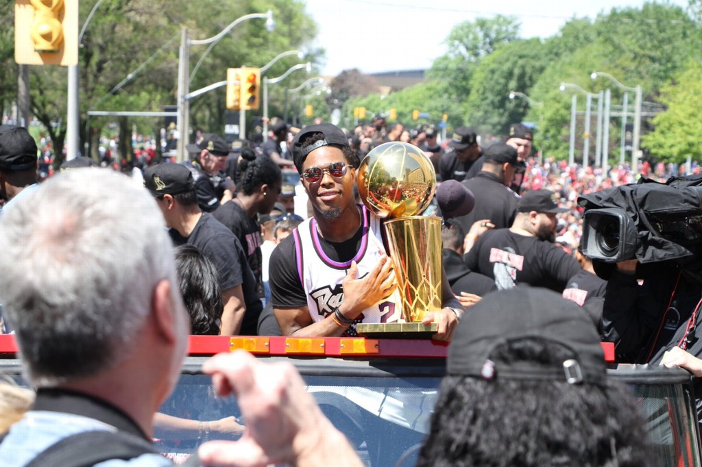 Raptors presumen su título en multitudinaria caravana (VIDEOS)